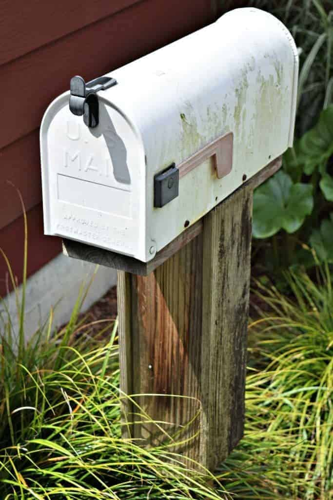 Our old mailbox was just sad, and desperately needed to be replaced. - thehandymansdaughter.com