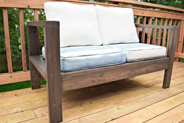 This outdoor loveseat is easy to make with only cedar 2 x 4's! Get the free plans at The Handyman's Daughter!