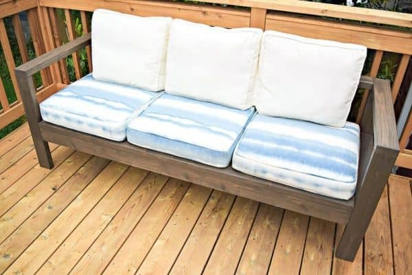 This outdoor sofa is easy to build with cedar 2 x 4's. Get the free plans to make your own at The Handyman's Daughter.