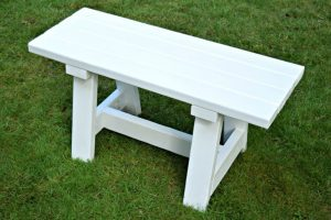 This farmhouse bench is so easy to make, and only costs about $15 in materials! - www.thehandymansdaughter.com