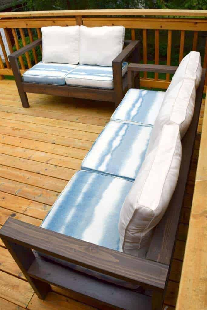 Build your own outdoor sofa and loveseat out of cedar 2 x 4's! Free plans at The Handyman's Daughter!