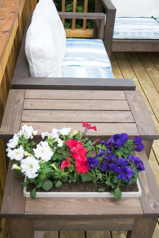 This DIY end table is genius! The built-in flower box can be switched out for an ice bucket! Get the free plans and build yours today!