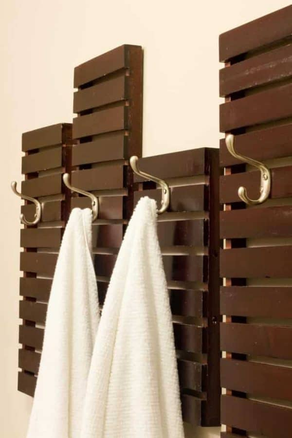 This DIY towel rack reminds me of the slatted walls of a beachside spa!