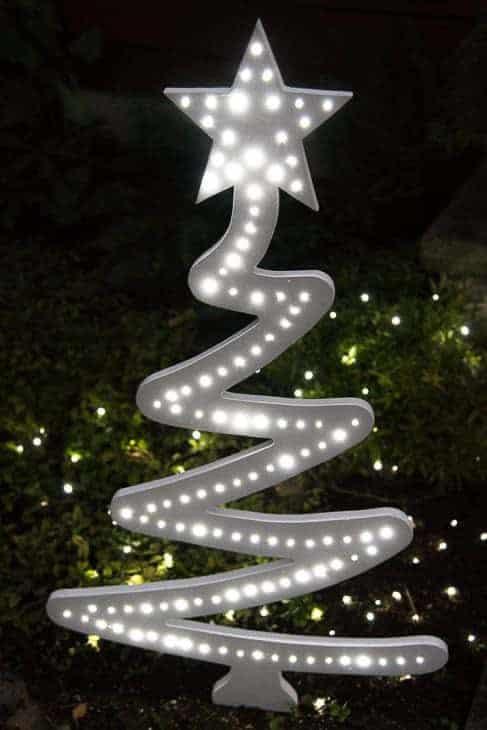 At night, this DIY Christmas tree yard decoration lights up!