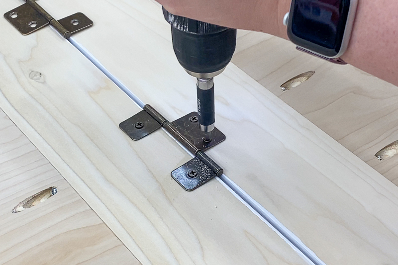 attaching hinges between bifold cabinet doors