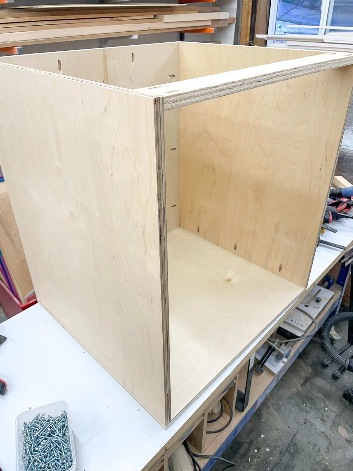 stretchers across top of router table cabinet